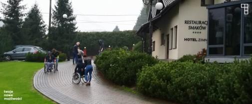 asystenci ćwiczą jazdę na wózkach 2