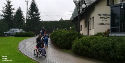 asystenci ćwiczą jazdę na wózkach