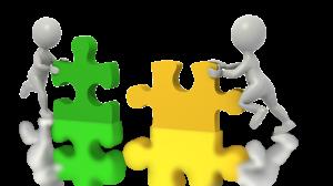 dwa ludziki z puzzlami