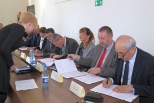 stół podczas podpisania listu zbliżenie