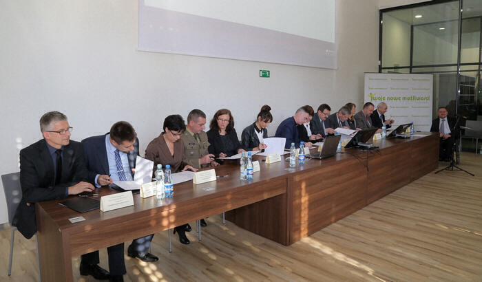 stół podczas podpisania listu