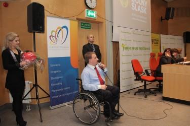 Ariel Fecyk prowadzi konferencję