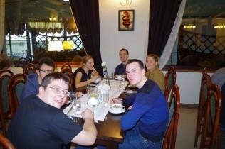 Grupa osób przy śniadaniu